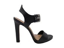 Sandalia con tiras de piel negra con hebilla plateada y tacón de 8 cm. Suela de cuero.