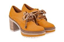 Zapato de cordones en ante ocre. Plataforma de 3 cm. Piso de goma. Tacón 6 cm. de altura.