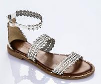 Sandalia de tiras en piel calada blanca. Talonera tipo pulsera. piso de goma. Altura 2 cm.