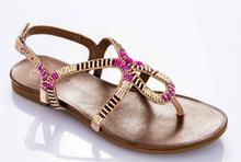 Sandalia de dedo con pedreria en tonos rosados. Piso de goma. 2 cm. de altura.