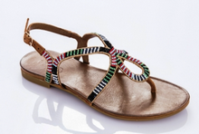 Sandalia de dedo en pedreria multicolor. Piso de goma. 2 cm. de altura.