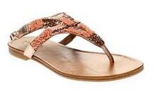Sandalia de dedo en paillette y cuentaas en tonos rosados metalizados y beige. Suela de goma