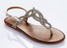 Sandalia de dedo en metalico plata. Talonera en piel blanca. Piso de goma. 2 cm. de altura.