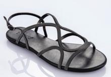 Sandalia de tiras metalizadas en color plomo. Piso de goma. 2 cm. de altura.