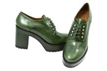 Zapato de cordones en piel color gris antracita. Plataforma forrada de 3 cm. Piso de goma. Tacón 6