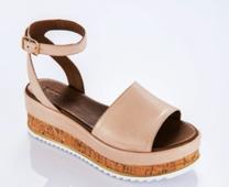 Sandalia de pala ancha con talonera tipo pulsera. Cuña en corcho y piel de 5 cm. de altura.