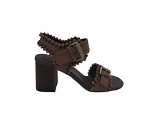 Sandalia de tiras con pasados en piel. Color tostado. Dos hebillas. Piso de cuero. Tacón grueso 6 c