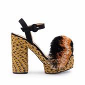 Sandalia con pompom multicolor en la pala. Hebilla trasera. Plataforma de 3 cm. Tacón 8 cm.