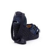 Alpargata tipo sandalia cruzada en seda azul con piedras en la parte delantera. Cuña de 8 cm.