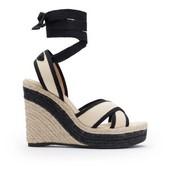 Alpargata tipo sandalia cruzada en lona beig y vivo negro. Cintas negras. Piso de esparto 8 cm.
