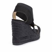 Alpargata tipo sandalia de tiras. Lona y elástico negro. Cuña de esparto de 8 cm. de altura.