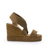 AlpargatA tipo sandalia de tiras. Lona y elástico de color kaki. Cuña de esparto de 8 cm. de altura