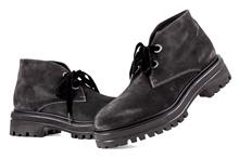 Botín de cordones en ante de color gris oscuro. Cordones de tercioèlo. Piso de goma. Tacón 4 cm.