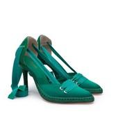Alpargata con tacón fino de 8 cm. de esparto. En seda color esmeralda. Cintas de algodón verdes.