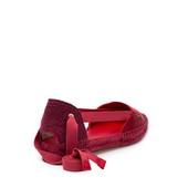 Alpargata plana con piso y vivo de esparto. En seda de color rojo. Cintas de algodón rojas.