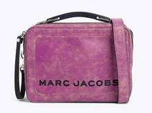Mini bolso tipo cartera en piel envejecida rosa oscuro. Asa corta y larga. Cierre cremallera.