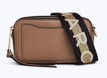 Mini bolso en piel. Tira extraíble en tela estampada con logo.