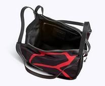 Bolso en nylon negro con contraste en rojo. Cantos en piel negra. Logo en la parte delantera.