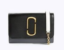 Mini bolso plano en color negro y gris. Asa de cadena dorada y piel hielo. Logo delantero.