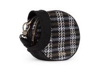 Mini bolso en tejido tweed blanco y negro. Cierre de cremallera. Tira larga para colgar.