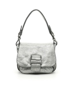 Mini bolso con solapa en nobuc metalizado plata. Asa larga. Bolsillo interior.