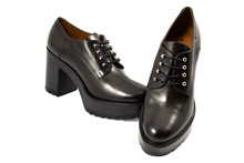 Zapato de cordones en piel gris oscuro. Plataforma de 3 cm. Piso de goma. Tacón de 6 cm. altura