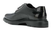 Zapato de cordones de pala lisa en piel negra. Forro de piel. Piso de goma extra ligera.