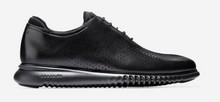 Zapatos de cordones en piel negra con puntera troquelada. Piso de goma negro. Forro de piel