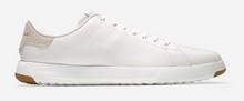 Deportivas de cordones en piel de color blanco. Piso de goma blanco extraligero. Forro de piel.