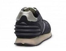 Deportiva en ante y nylon negro. Piso de goma gris. 3 tiras de goma en la parte posterior.
