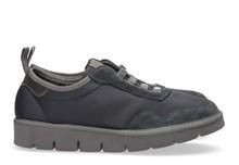 Zapatilla deportiva con cordones elásticos en ante y nylon azul marino. Piso de goma extralight.