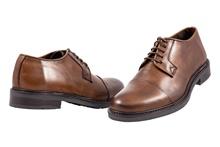 Zapato de cordones con puntera recta en piel de color tostado. Piso de goma. Forro de piel.