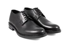 Zapato liso de cordones en piel de color negro. Piso de goma. Forro de piel.