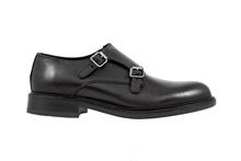 Zapato con dos hebillas en piel de color negro. Piso de goma. Forro de piel.