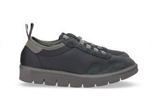 Zapatilla deportiva con cordones elásticos en ante y nylon azul. Piso de goma extralight.