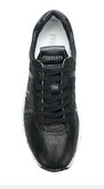 Deportiva de cordones en piel metalizada negra. Piso de goma grueso blanco de 5 cm. altura total.