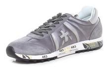 Deportiva de cordones en ante y nylon gris y plata. Piso de goma blanco de 3 cm. de altura.