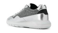 Deportiva en piel y tejido metalizada plateada. Piso de goma blanca extra ligera de 5 cm. de altura
