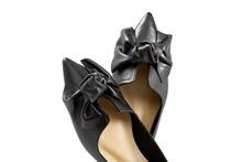 Bailarina con lazo en la pala en piel negra. Puntera afilada. Piso de goma de 2 cm.