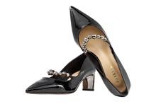 Zapato salón con tira en el empeine con adormnos metálicos. Piso de cuero. Tacón 5 cm.