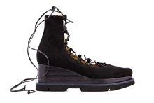 Zapato abotinado con cordones en ante negro. Cuña de 6 cm. de altura.Piso de goma.