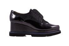 Zapato de cordones en piel lisa y grabada negra. Cuña de 6 cm. de altura. Piso de goma.