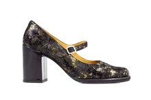 Zapato tipo salón con tira en el empeine y hebilla . Ante estampado multicolor. Tacón forrado de 6.