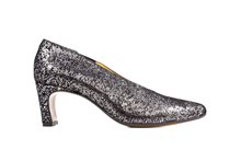 Zapato salón en ante estampado metalizado. Piso de cuero. Tacón forrado de 6 cm. de altura.