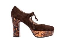 Zapato tipo salón con tiras en el empeine. Ante color tostado. Plataforma 2 cm. Tacón 8 cm.