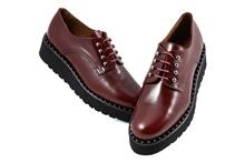 Zapatos de cordones en piel de color burdeos. Piso de goma. Cuña de 4 cm. de altura.