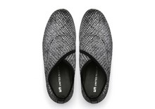 Zapato abotinado en tejido elástico jaspeado gris. Cuña de 5 cm. de altura. Piso de goma.