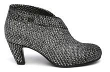 Zapato abotinado en tejido elástico jaspeado gris. Tacón de 5 cm. de altura. Piso de goma.