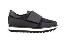 Zapato deportivo con velcro. Piel negra y grabado azul. Piso de goma blanco y negro. Altura 3 cm.
