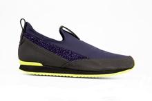 Zapato deportivo abotinado en tejido stretch azul. Piso de goma amarillo y negro. Altura 3 cm.